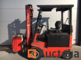 electric-stacker-with-forks-909318G.jpg
